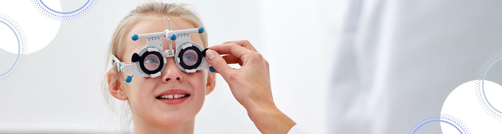 ד״ר רונית פרילינג מרפאת עיניים ילדים ילדה מודדת משקפיים