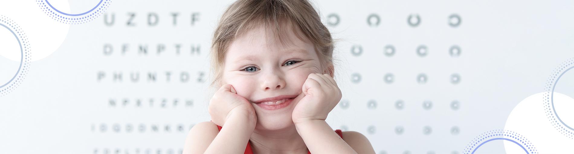ד״ר רונית פרילינג מרפאת עיניים ילדים ילדה מחייכת בדיקת עיניים