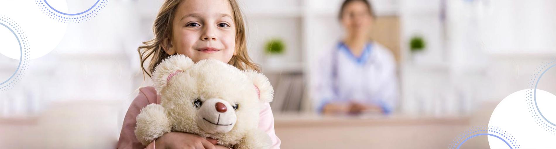ד״ר רונית פרילינג מרפאת עיניים ילדים ילדה עם דובי